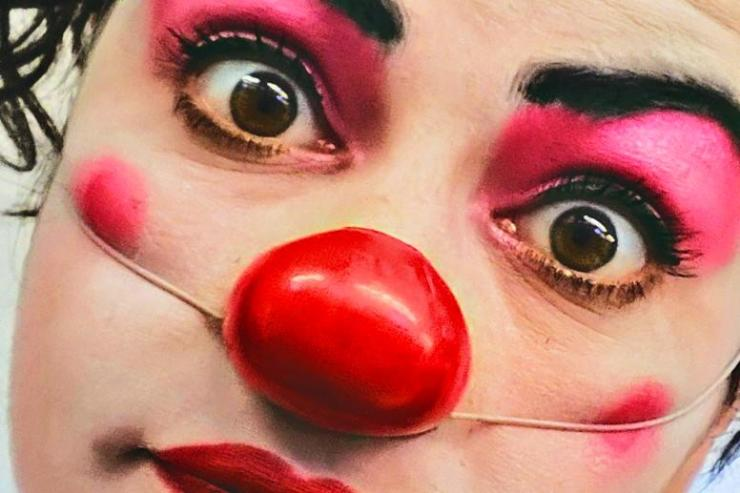 Eva RAMI incarne Charlotte/Dom Juan et les clowns Irina Brook